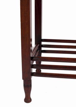 A mahogany table -683