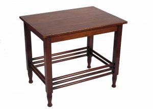 A mahogany table -685